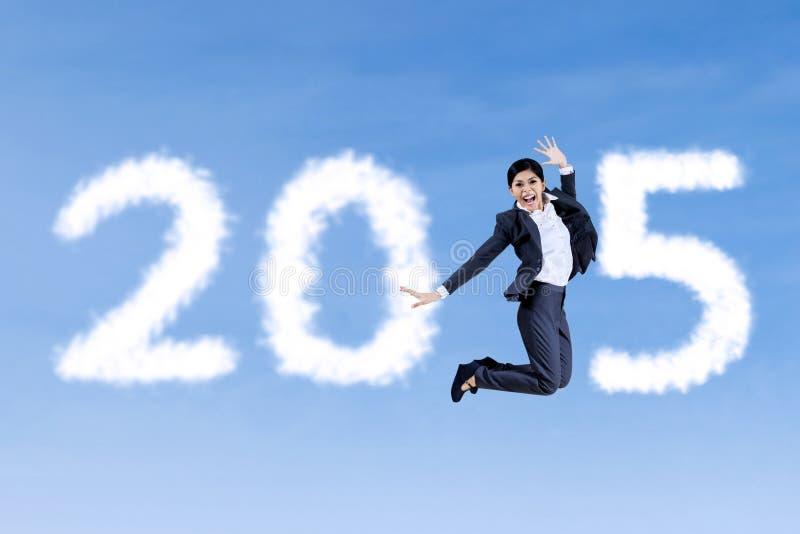 Персона в деловом костюме скача на небо стоковые изображения rf