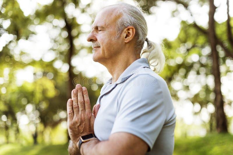 Персона делая йогу на парке стоковые фотографии rf