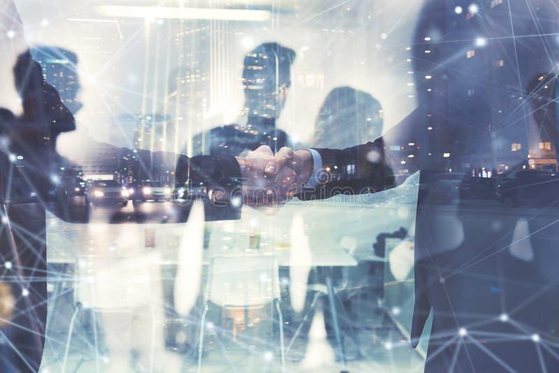 Персона дела Handshaking в офисе Концепция сыгранности и партнерства двойная экспозиция стоковое изображение rf