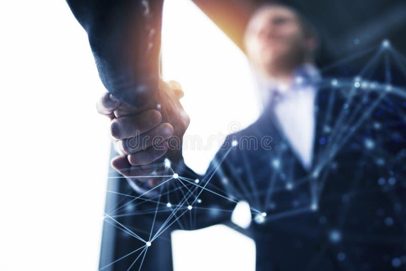 Персона дела Handshaking в офисе с влиянием сети Концепция сыгранности и партнерства двойная экспозиция стоковое изображение rf