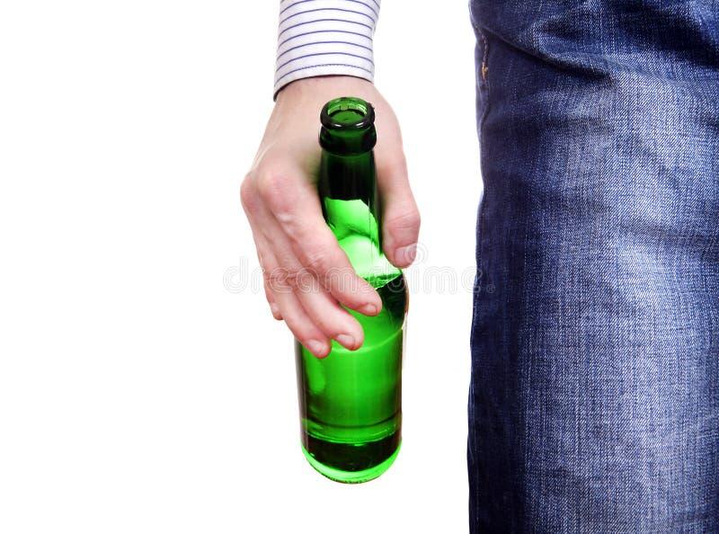 Персона держа пивную бутылку стоковая фотография rf