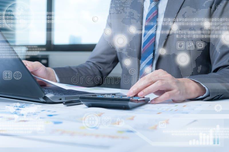 Персона дела работая на компьютере против backgroun технологии стоковое фото