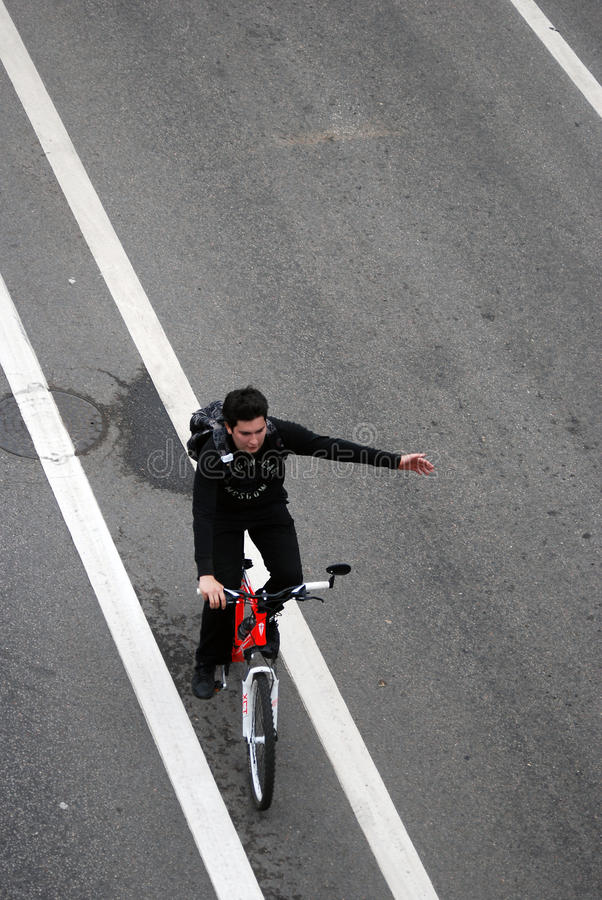 Персона едет велосипед в Москве стоковые фотографии rf