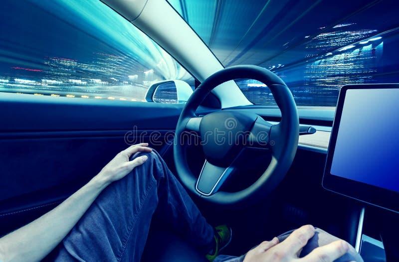 Персона используя автомобиль в режиме автопилота хэндс-фри стоковые изображения