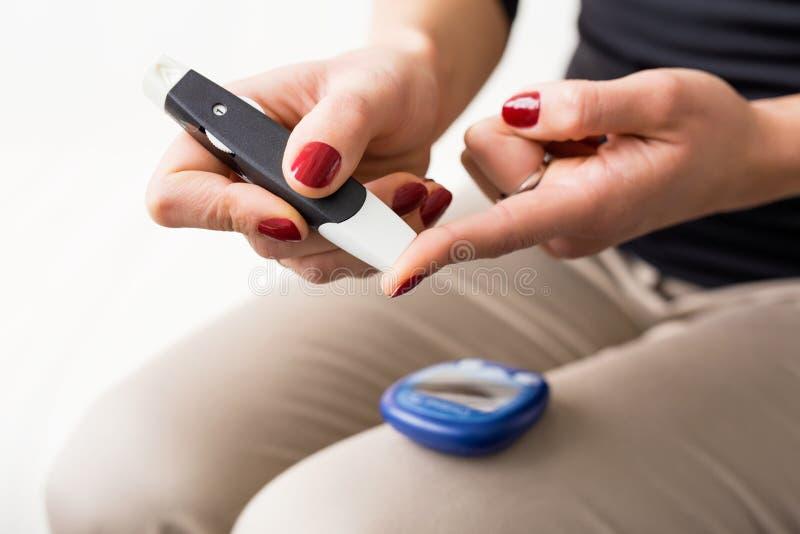 Персона используя набор диабета стоковые изображения