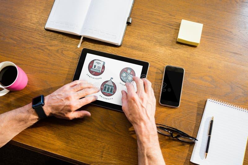 Персона используя таблетку с значками образования на экране стоковое изображение