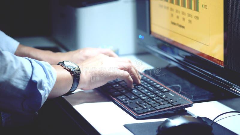 Персона которая работая на настольном компьютере стоковое изображение