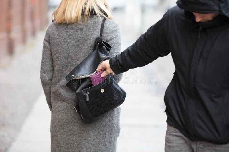 Персона крадя портмоне от сумки стоковое фото rf
