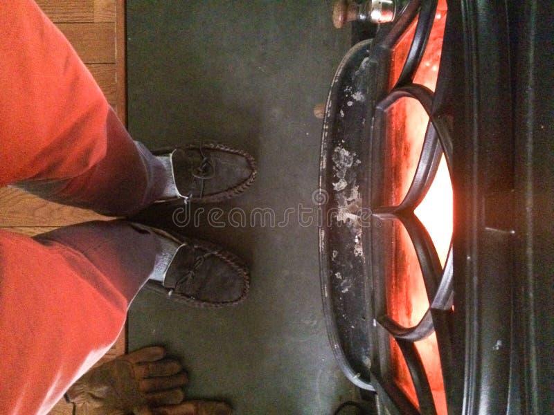 Персона около деревянной горящей плиты стоковое изображение rf