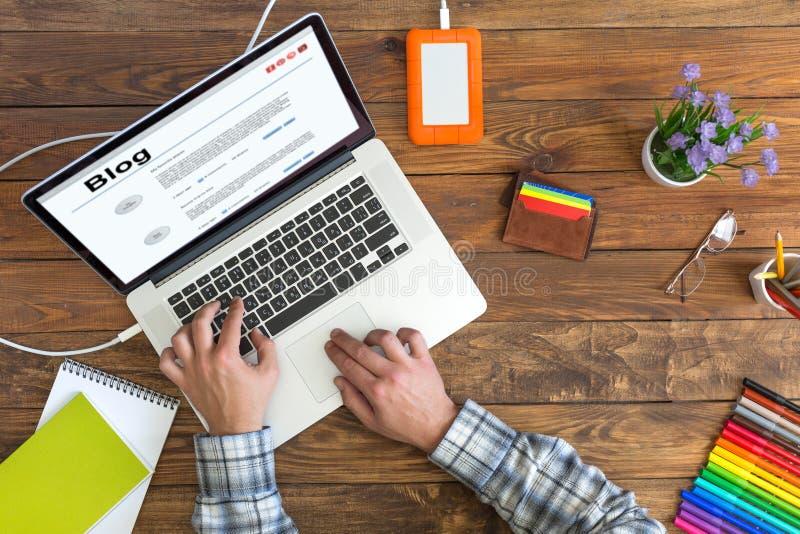 Персона работая на компьютере на уютном темном деревянном столе стоковое изображение rf