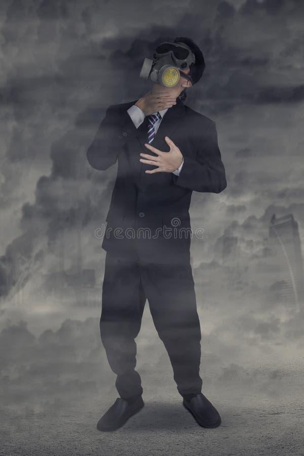 Персона с маской дышает в загрязнении воздуха стоковое фото rf