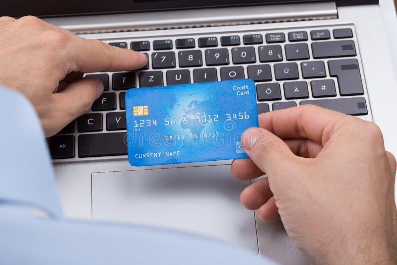 Персона с ходить по магазинам кредитной карточки онлайн стоковое фото rf