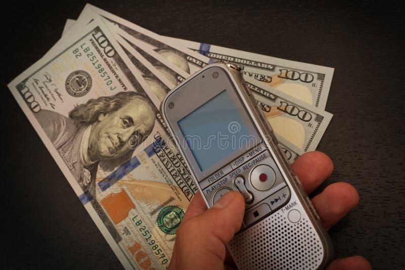 Персона уловила с деятельностью денег кто-нибудь с dictaphon стоковое изображение rf