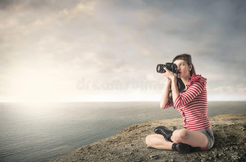 Персона фотографируя море стоковая фотография rf