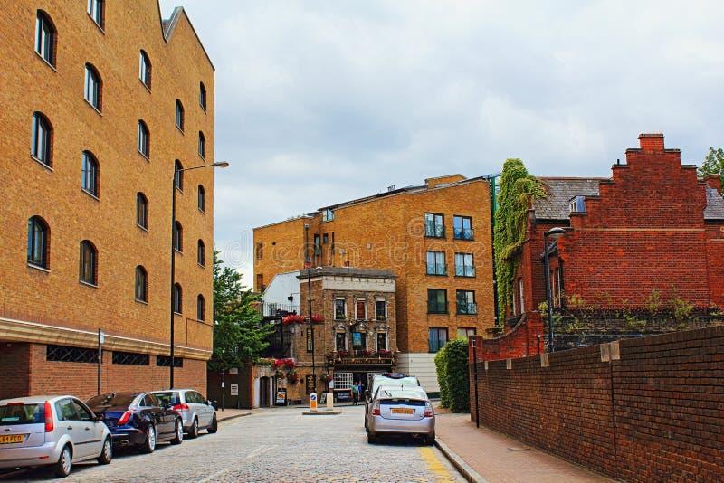Перспектива взгляда Лондона улицы паба Whitby старого английского стоковые фото