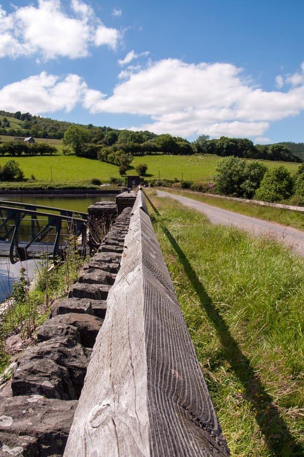 Перспектива вниз с деревянных перил в великобританской сельской местности стоковые изображения rf