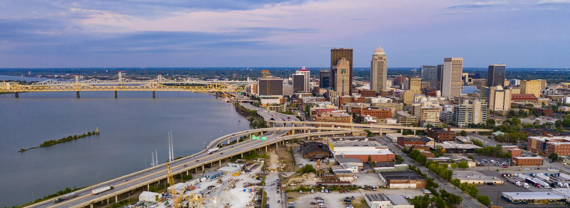 Перспектива воздуха над центром Луисвиллем Кентукки на реке Огайо стоковые фотографии rf
