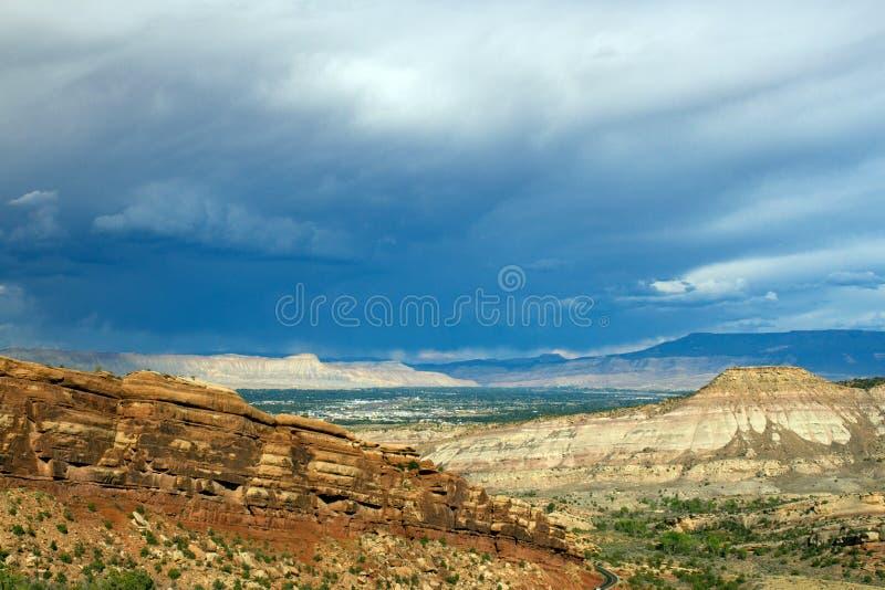 Перспектива выглядя восточный над Grand Junction от национального монумента Колорадо стоковая фотография