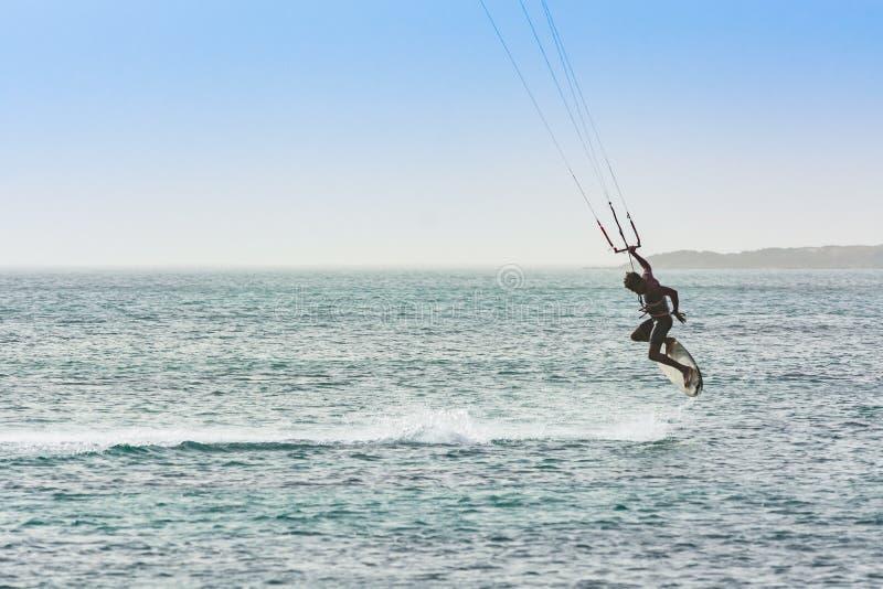 Перспектива Кабо-Верде горжетки kitesurfer летания стоковые фотографии rf