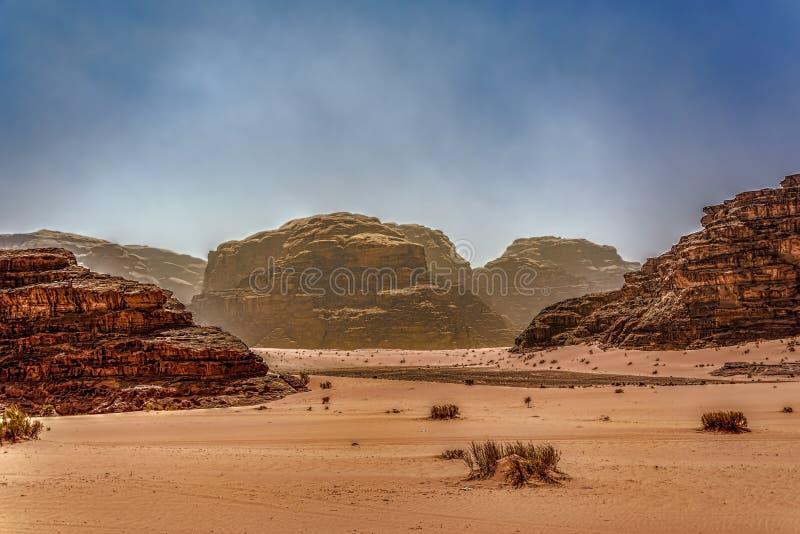 Перспектива ландшафта пустыни под голубыми мглистыми небесами стоковое фото