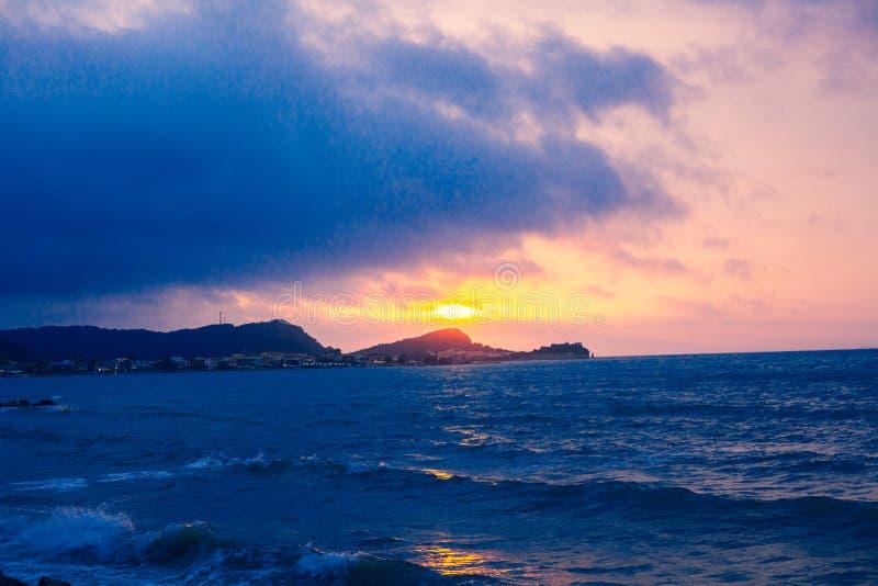 Перспектива моря захода солнца от бечевника, красивой горы и ландшафта вида на океан, мерцающего сумерк с голубым и темным col стоковая фотография rf
