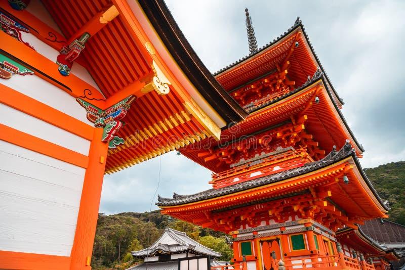 Перспектива низкого угла башни пагоды на виске Kiyomizu-dera, Киото, Японии стоковое изображение rf