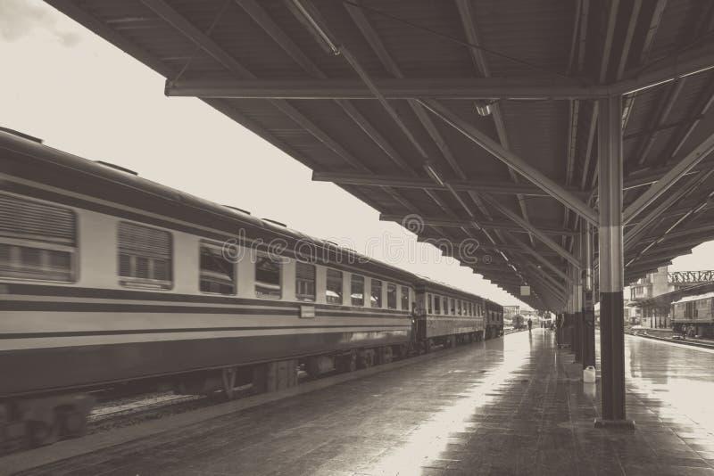 Перспектива поезда, тепловоза пока оно двигая стоковые изображения rf