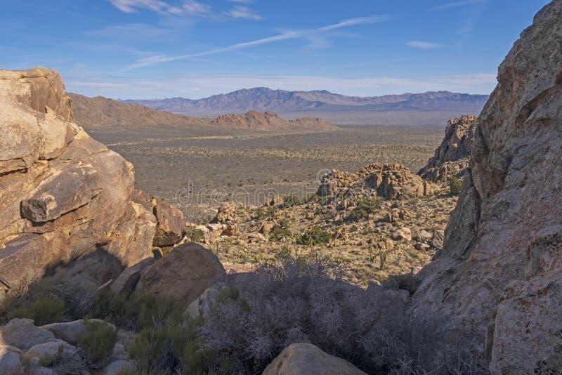 Перспектива пустыни через скалистое окно стоковые изображения