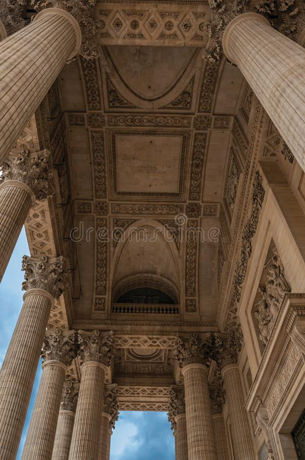 Перспектива столбцов на входе пантеона в неоклассический стиль и голубом небе в Париже стоковые фото