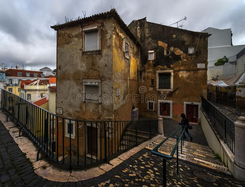 Перспективы, повороты и ворота старого Лиссабона Португалия стоковая фотография rf