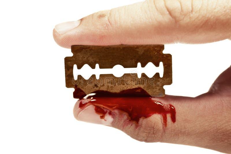 перста крови держат старую бритву ржавым стоковое изображение rf