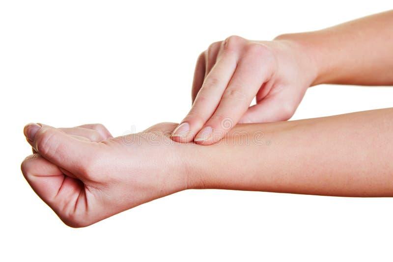 Перста чувствуя ИМП ульс на запястье руки стоковое фото rf