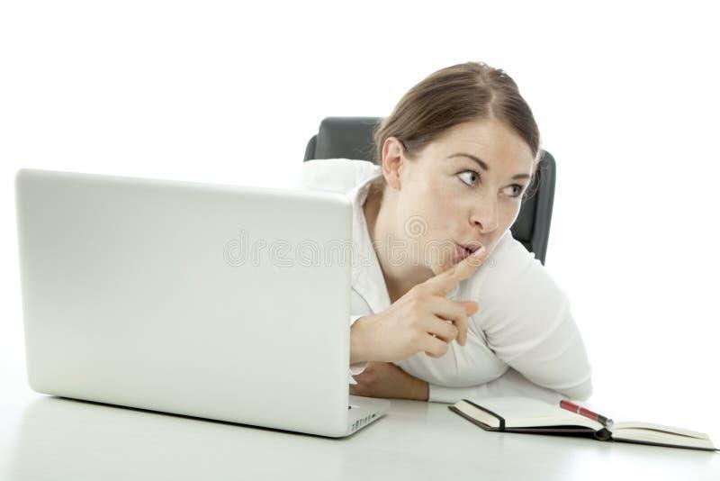 Перст удерживания молодой женщины брюнет, котор нужно изречь стоковая фотография rf