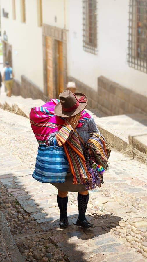 Перуанская женщина в традиционном платье на улице Cusco, Перу, Латинской Америки стоковые изображения