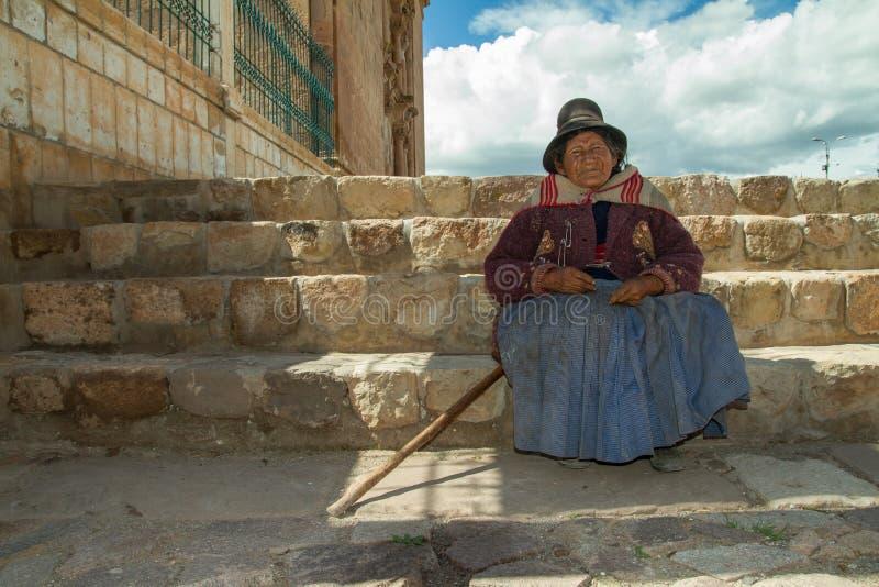 Перуанская индийская женщина в традиционном платье стоковые изображения