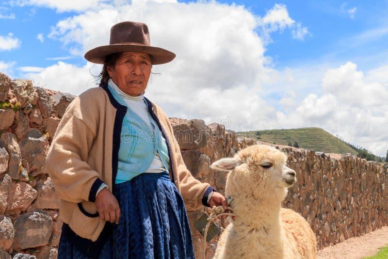 Перуанская индийская женщина в традиционный соткать платья стоковая фотография rf