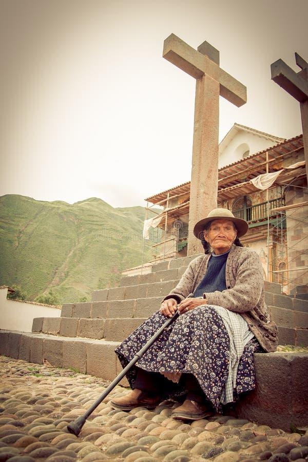 Перуанская индийская женщина в традиционный соткать платья стоковые изображения