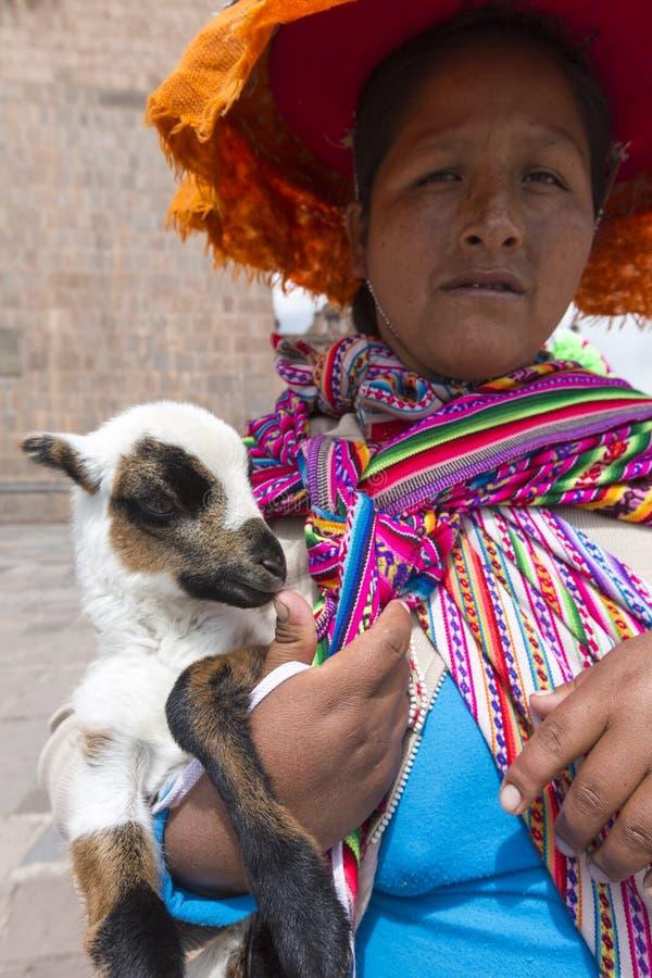 Перуанская индийская женщина в традиционных одеждах, Cusco стоковые изображения rf