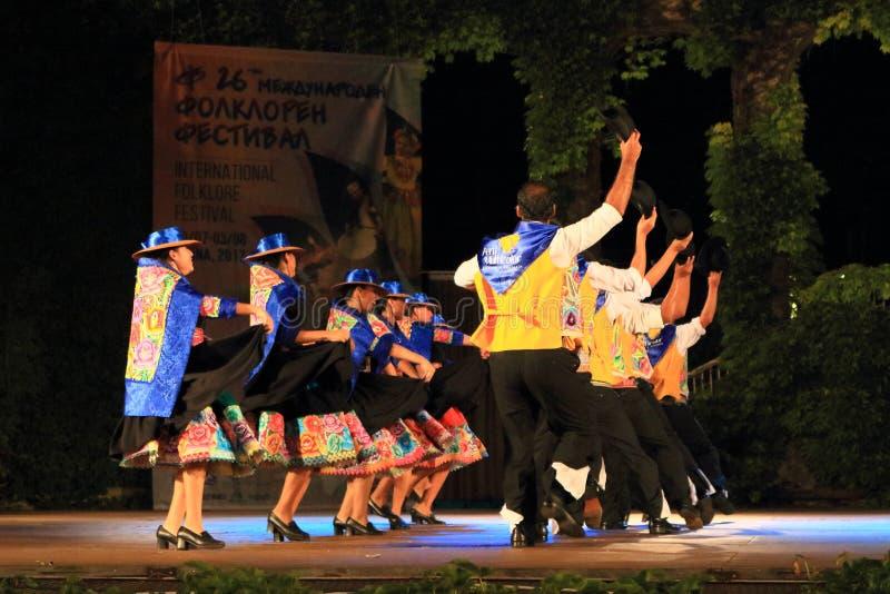 Перуанские танцоры выполняя традиционный танец стоковое изображение