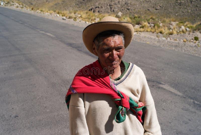 Перуанский фермер идя вдоль дороги сиротливой горы стоковая фотография rf