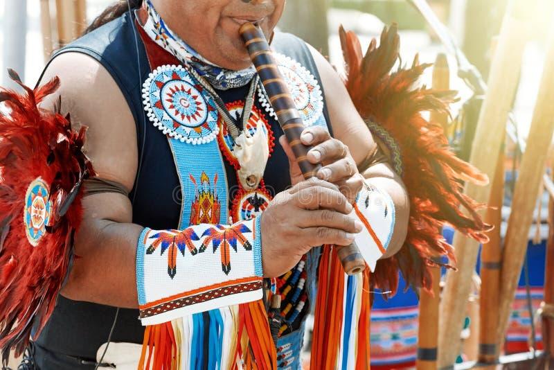 Перуанский человек играет каннелюру стоковое изображение