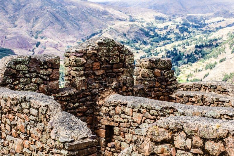Перу, Pisac (Pisaq) - руины Inca в священной долине в перуанских Андах стоковая фотография rf