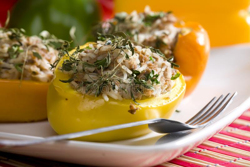 перцы заполненные с рисом и мясом тунца стоковое фото