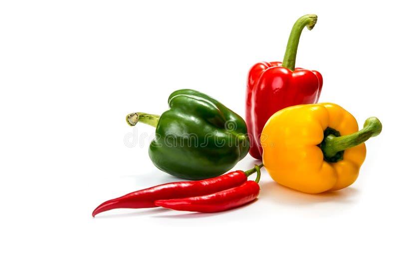 Перцы Chili и красный, желтый и зеленый болгарский перец стоковая фотография rf