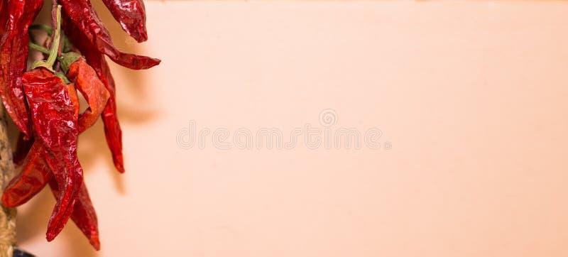 Перцы Espelette смертной казни через повешение стоковая фотография rf