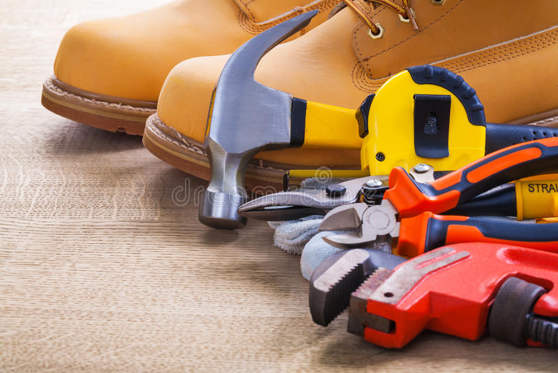 Перчатка гаечного ключа резца острозубцев tapeline молотка ботинок стоковая фотография rf