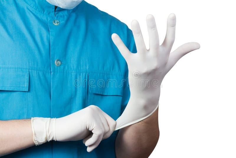 Перчатка неизвестной мужской одежды доктора хирурга белая на руке стоковые изображения rf