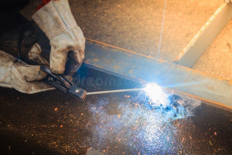 Перчатка руки носки сварщика защитная держит электрод и w стоковые изображения rf