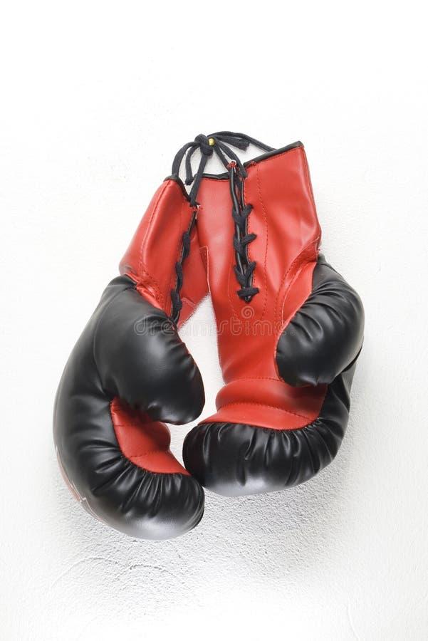перчатки бокса висят ваше стоковые изображения