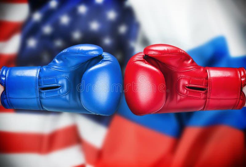 Перчатки бокса красные и голубые на предпосылке флага  стоковое изображение rf